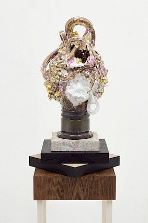 »Trophy for spotting the obvious« 2015, Glasierte Keramik,teilweise vergoldet, Holzboden, 155 x 30 x 30 cm