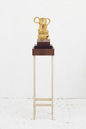 »Trophy for finding the jug of wisdom, drained to the dregs and stuck to a piece of wood« 2015, Glasierte Keramik,teilweise vergoldet, Tinte, Holzboden, 145 x 30 x 30 cm